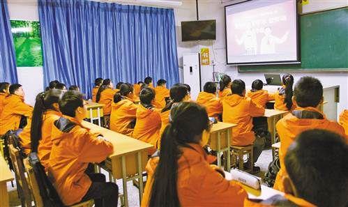 重庆全市400万中小学生同上开学第一课