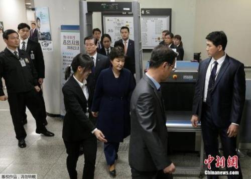 资料图:当地时间3月30日,韩国法院就是否批捕前总统朴槿惠进行审理,朴槿惠以犯罪嫌疑人身份出庭接受拘捕令实质审查。