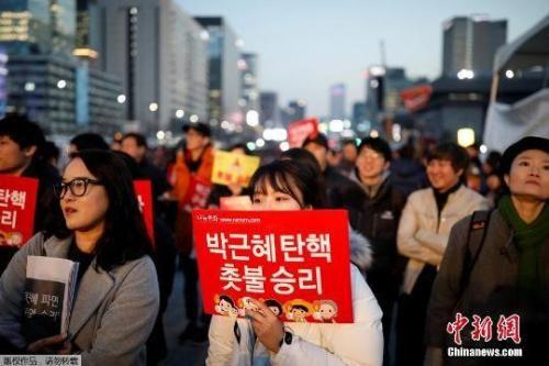 资料图:当地时间3月10日上午,韩国宪法法院就总统弹劾案审判,朴槿惠被立即免去总统职务。当晚,韩国民众走上首尔街头举行烛光集会。