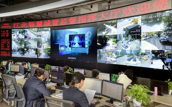 4月14日,在江北区数字化城市管理监督指挥中心,大屏幕上显示着各重要节点摄像头监控的实时画面。记者 张锦辉 摄