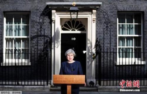 当地时间4月18日,英国首相特蕾莎·梅在首相官邸前发表声明,宣布将在6月8日提前大选。