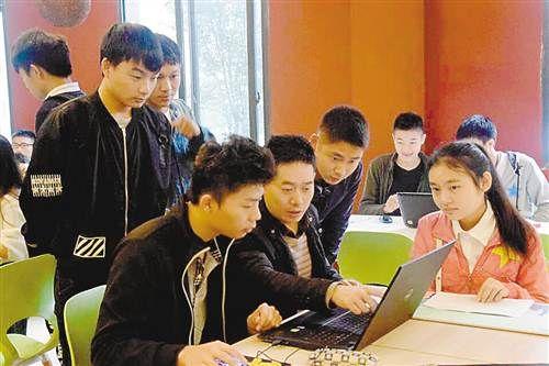 创业导师在重庆工业职业技术学院创业训练营指导学生。通讯员 傅田 摄