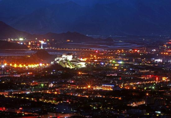 华灯初上,流光溢彩的夜色衬托迷人的布达拉宫。