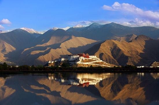 重峦叠嶂的山峰和碧水蓝天衬托五月唯美的布达拉宫。