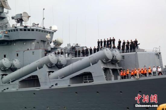 """自杜特尔特2016年6月就任菲律宾总统以来,菲俄两国之间的军事交流日益热络。这也是今年以来俄罗斯军舰第二次访问马尼拉。图为""""瓦良格""""号导弹巡洋舰缓缓驶入码头,舰上官兵列队。中新社记者 张明 摄"""