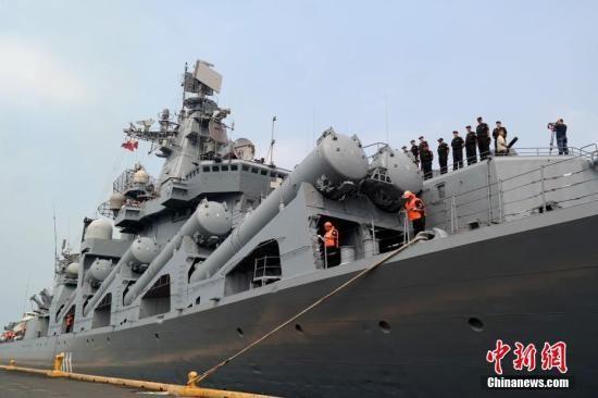 """4月20日,素有""""航母杀手""""之称的俄罗斯太平洋舰队旗舰""""瓦良格""""号导弹巡洋舰抵达马尼拉南港,开始对菲律宾为期4天的友好访问。中新社记者 张明 摄"""