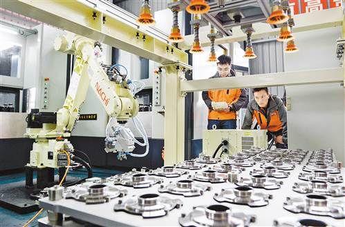 威诺克公司的车间内,工作人员正在调试汽车盘毂机器人值守智能化生产线。记者 张锦辉 摄