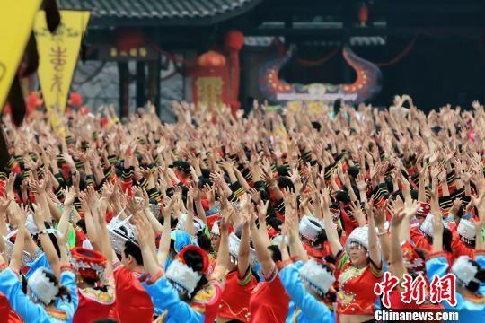 图为中国乌江苗族踩花山节现场盛况。 彭水宣传部供图