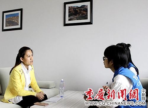 金叶与重庆理工大学学生新闻中心记者分享教育故事