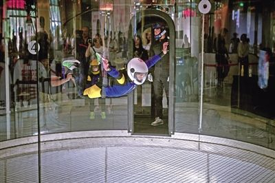 """跳伞队队员悬浮在""""风洞""""中。"""