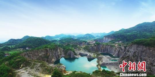 重庆实施矿山生态环境恢复治理 废弃矿区崛起矿山公园