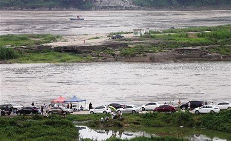 南岸区南滨路哑巴洞码头,ag平台:轿车孤零零地停在浅滩的高处。 首席记者钟志兵 摄