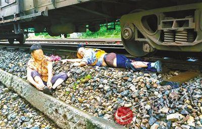 事故现场,徐前凯救老太被火车碾断右腿(受访者供图)