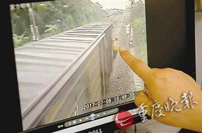 监控视频上,吊在车厢上监视铁路路况的就是徐前凯。(受访者供图)