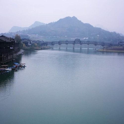 濯水镇还启动实施了景区河道生态河堤整治工程。通讯员 种统强 摄