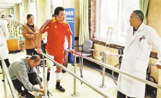 徐前凯在做适应性康复训练。(荣昌区委宣传部供图)
