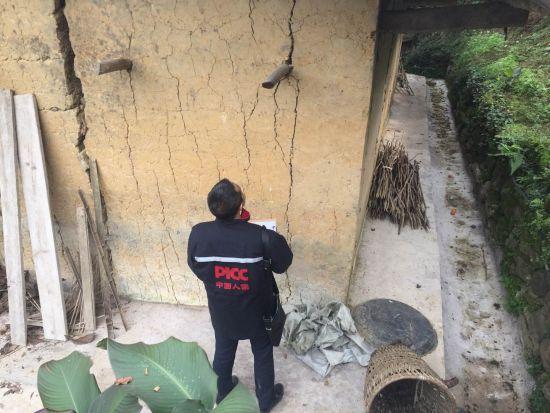 重庆人保财险第一时间排查武隆震区农房受损情况