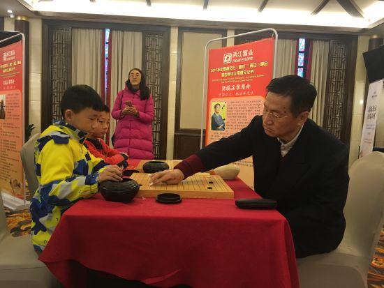 """图为围棋""""常青树""""琳海峰下指导棋。摄影 刘贤"""