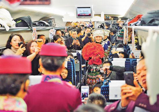 2小时,一部电影的时间,就能从山城重庆到林城贵阳,这是渝贵铁路开通后,为广大市民带来的全新体验。1月25日,重庆日报记者跟随首发动车组D8581进行体验。列车乘坐舒适度如何?沿途网络是否给力?记者逐一进行了打探。