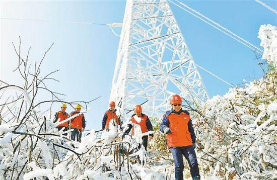 重慶長壽供電公司員工在觀測線路覆冰情況。特約攝影 況敏