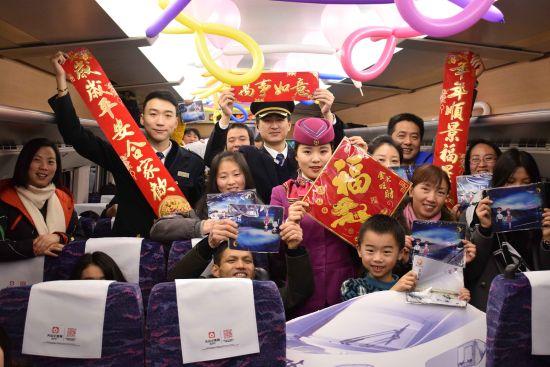 旅客举起手中的福字门贴、新春对联合影留念