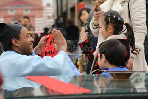 非洲小伙着古装为重庆民众写英文新春祝福