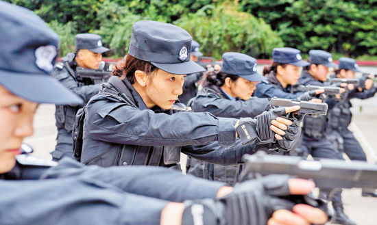 2月26日,重庆市公安局特警总队,英姿飒爽的女警进行战术训练。