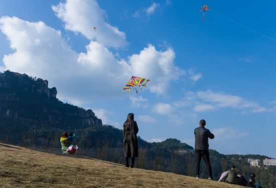 人们在古剑山山间游玩   通讯员 罗辑 摄