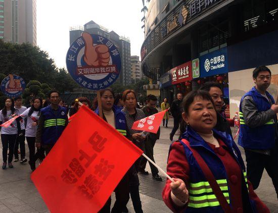图为南岸区300党员上街学雷锋做文明劝导志愿者。摄影 刘贤