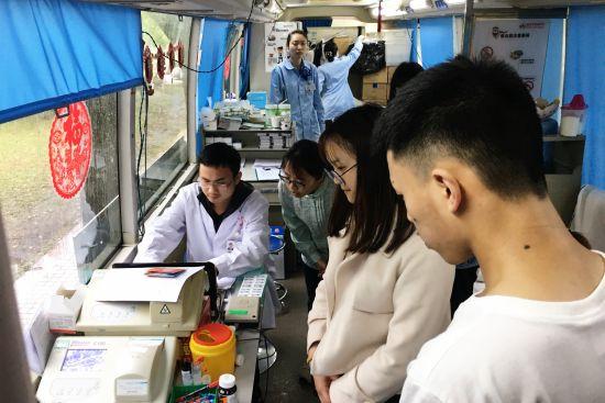 大学生们排队献血 张颖绿荞 摄