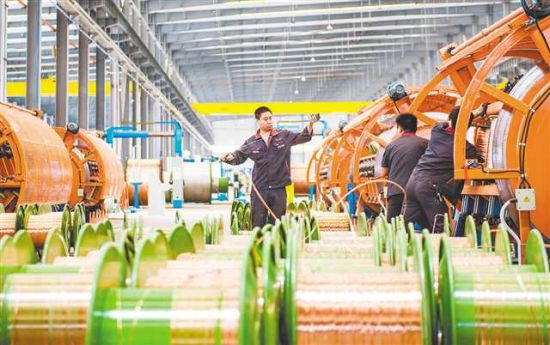 四月二十七日,江津区重庆渝丰电线电缆有限公司第二工厂,工人正在生产电线电缆。记者 齐岚森 摄