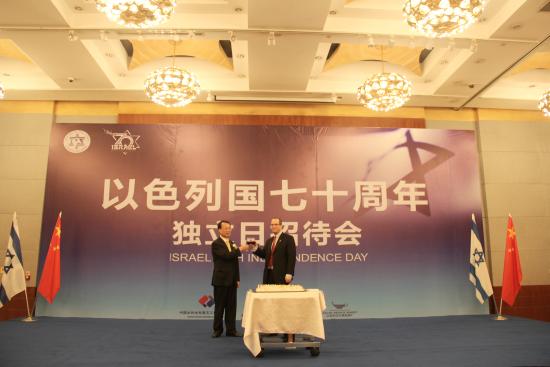 以色列驻成都总领事蓝天铭与重庆市人大常委会副主任杜黎明 张颖绿荞 摄