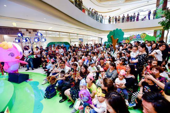 活动现场吸引众多小朋友 小伍 摄