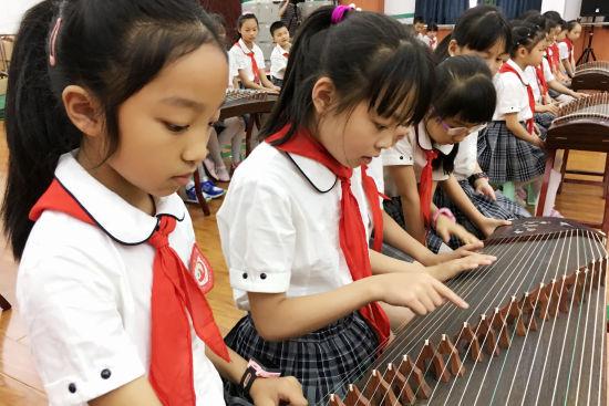 孩子们认识古筝。张颖绿荞 摄