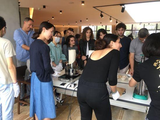茶文化体验活动吸引诸多中外人士。 活动主办方供图