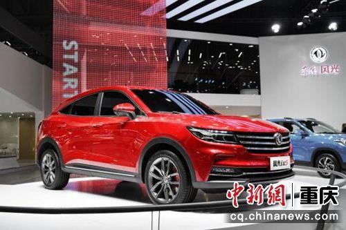 图为 风光S560 1.5T、风光580混动车型首次亮相重庆车展。东风风光供图