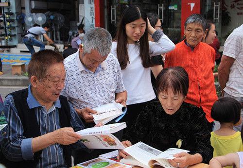 读者在现场交流推荐书籍。通讯员 吴根旭 摄