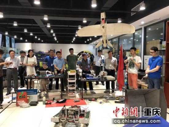 图为 重庆市委党校创新驱动专题班全体学员开展实地现场教学活动。