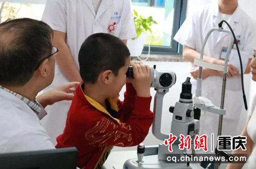 图为 角膜移植小患者。 重庆华夏眼科医院供图