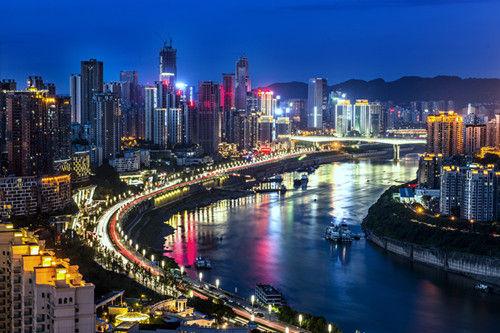 图为重庆滨江路夜景。