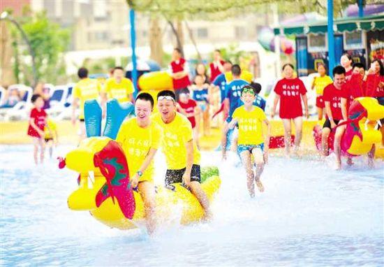 6月16日,重庆一海洋公园,家长与孩子一起参与趣味龙舟比赛。当日,巴南区组织15组好人及优秀志愿者家庭过了一个不一样的端午节。记者 谢智强 摄