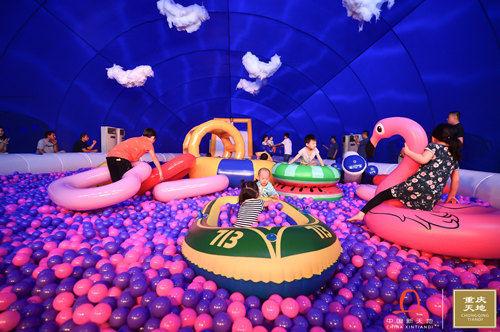 图为孩子在32米蓝鲸内玩耍。 重庆天地供图