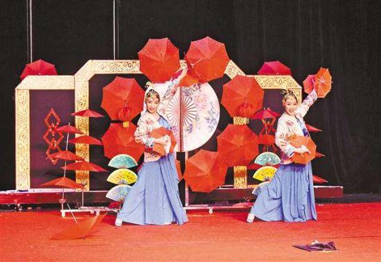 六月十九日,在重庆杂技艺术团,两位青年演员焦露蓉和周园园正在排练魔术节目《伞丛扇影》。 记者 熊明 摄