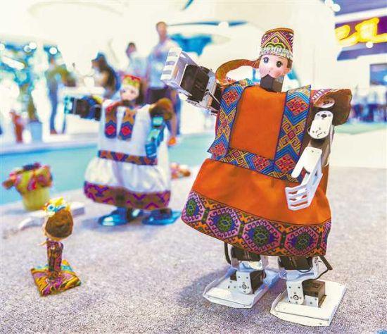 6月21日,在涪陵区展台,重庆长江师范学院师生带来的自主研发的双足舞蹈机器人,身着民族服装跳起现代机械舞。