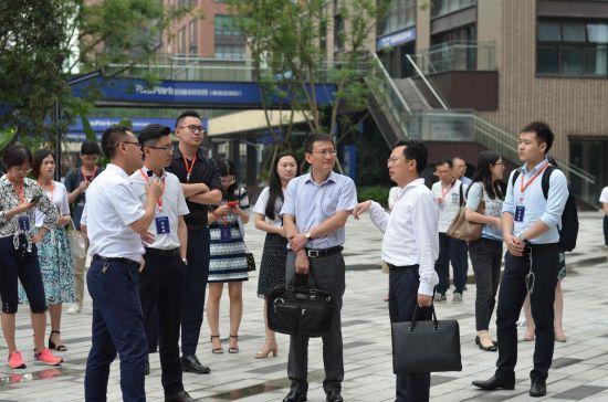 图为 嘉宾实地参观重庆高新区