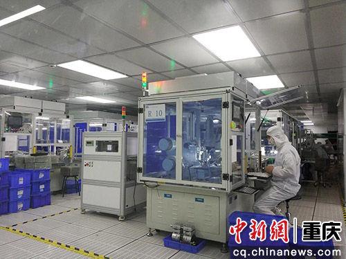 图为中光电产业园工人工作场景。 马佳欣摄