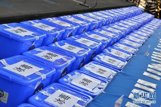 """6月26日,国际禁毒日,重庆在川剧院广场举行""""感恩生命,健康生活""""主题宣传活动,现场展示部分收缴的毒品。新华网 李相博 摄"""