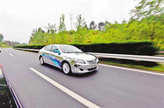 长安无人驾驶车在高速公路上飞驰。(资料图片)记者 崔力 摄