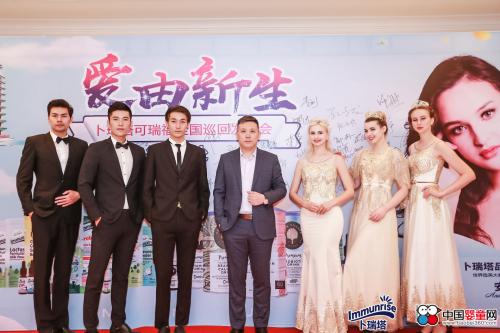 上海德持实业有限公司董事总经理李刚先生与现场模特合影