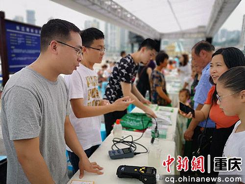 """图为重庆市""""山水之城 美丽之地""""主题志愿服务活动渝中分会场现场。摄影  中新网记者刘贤"""